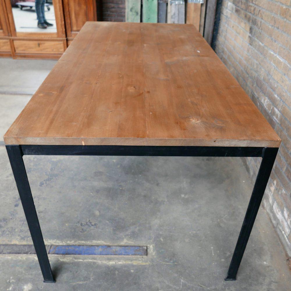 Industriële metalen tafel