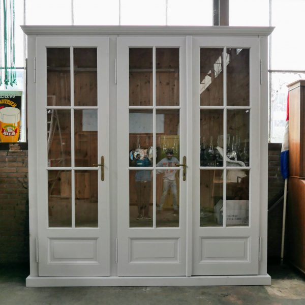 Grote drie deurs vitrinekast