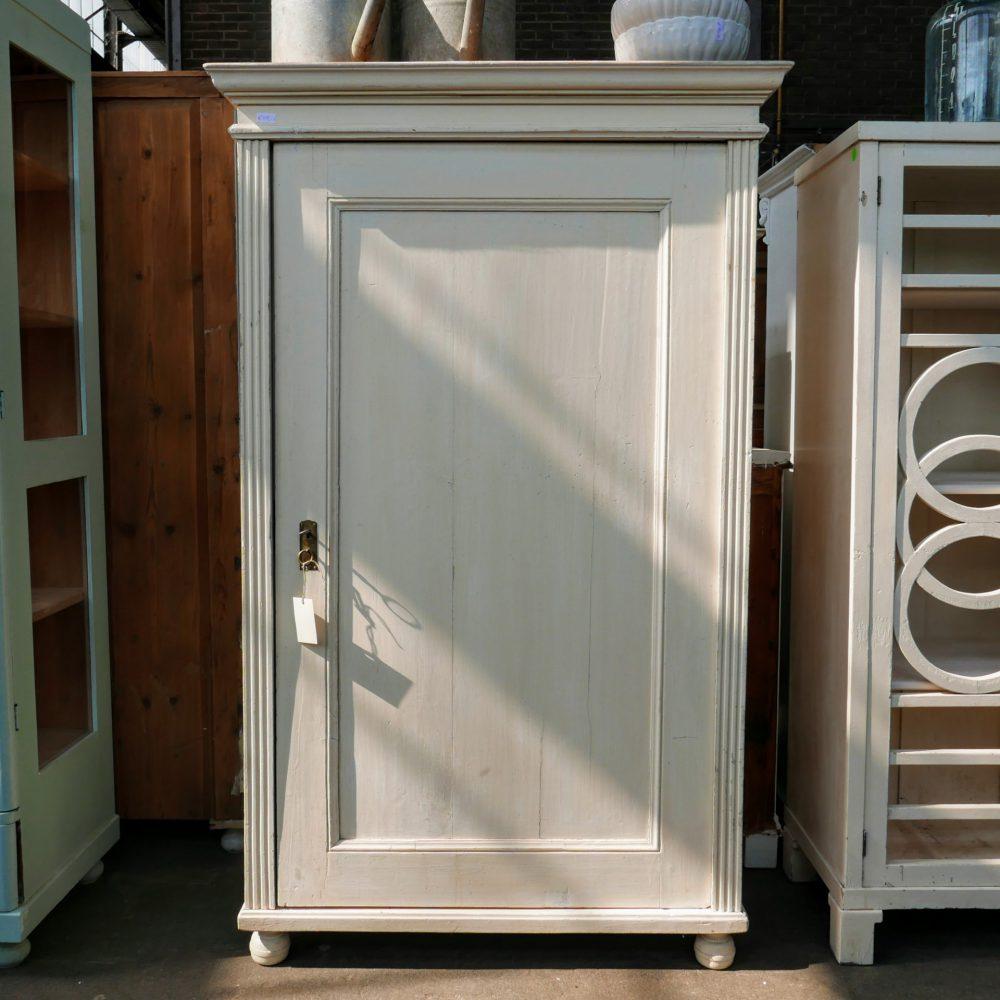 Witte houten linnenkast
