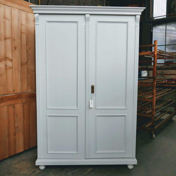 wit houten linnenkast