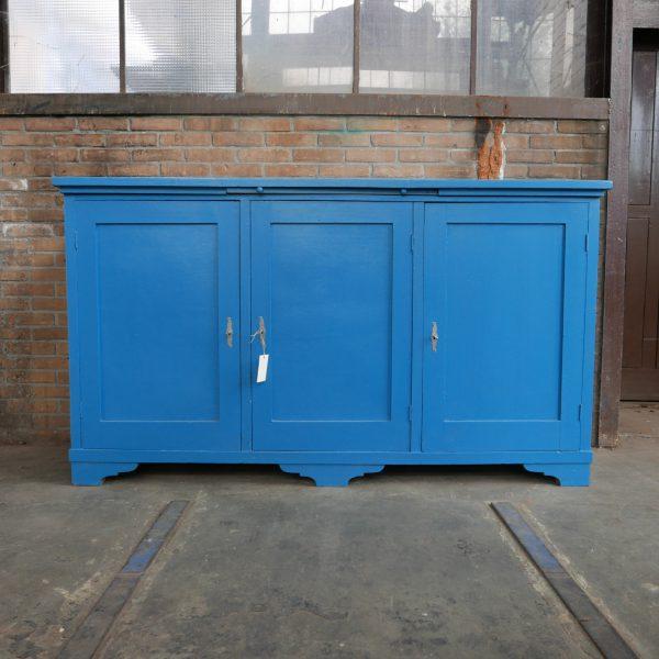 blauwe houten keukenkast of dressoir