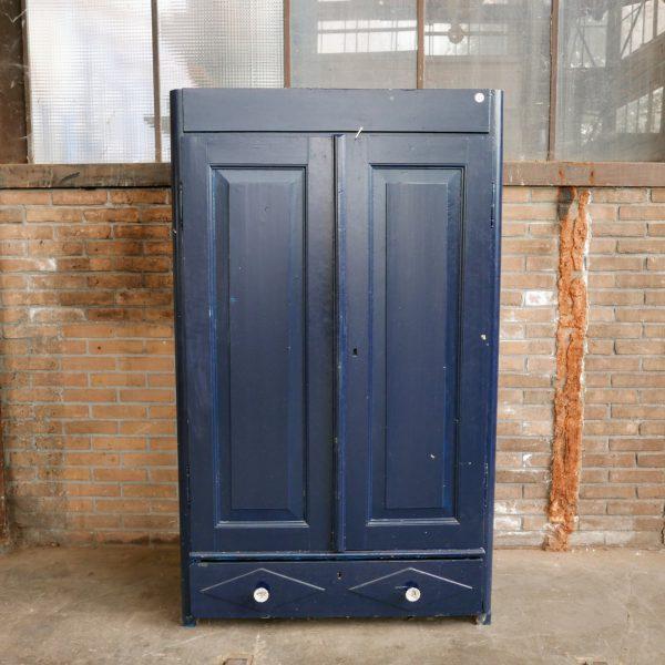 Donkerblauwe linnenkast