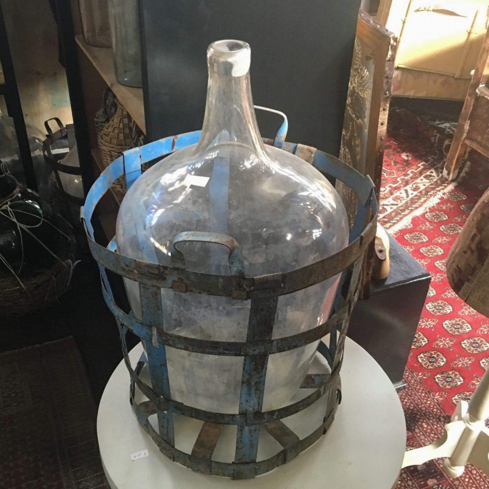 Fles in metalen korf