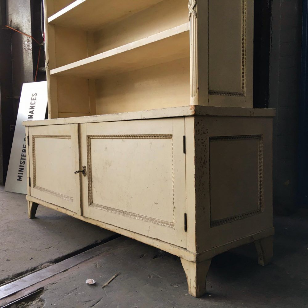 Crème kleurige boekenkast
