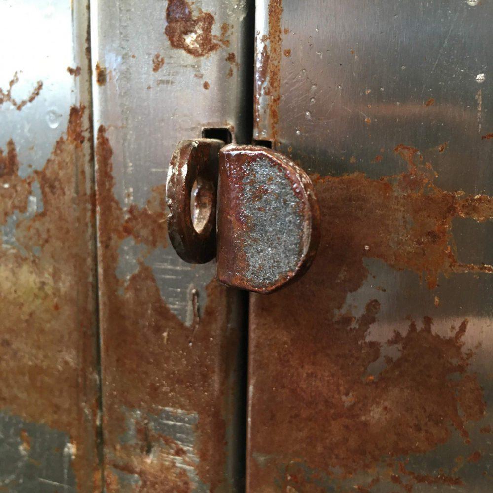 Zilveren metalen lockerkast