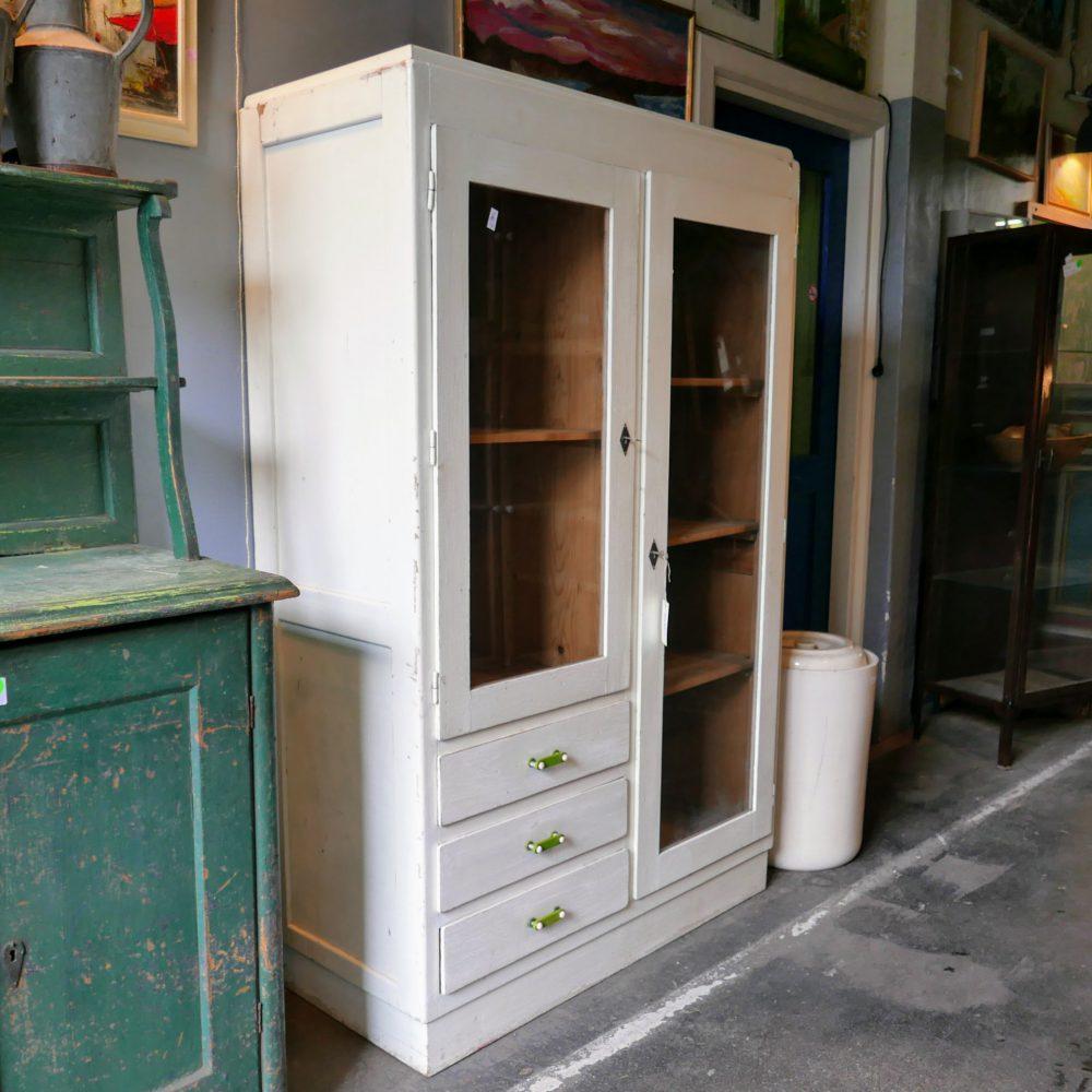 Witte vitrinekast met lades