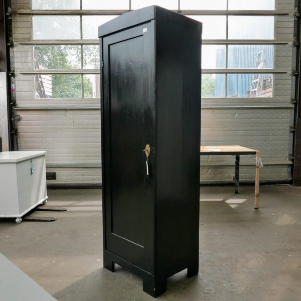 Zwarte linnenkast