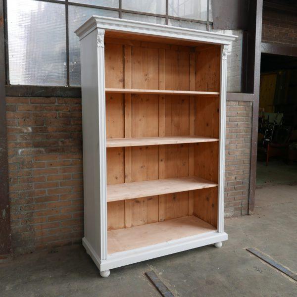 Open witte houten kast