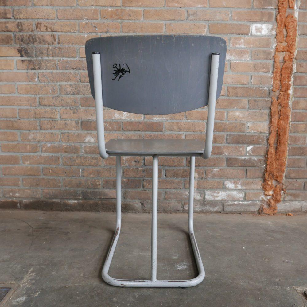 Grijze metalen stoel