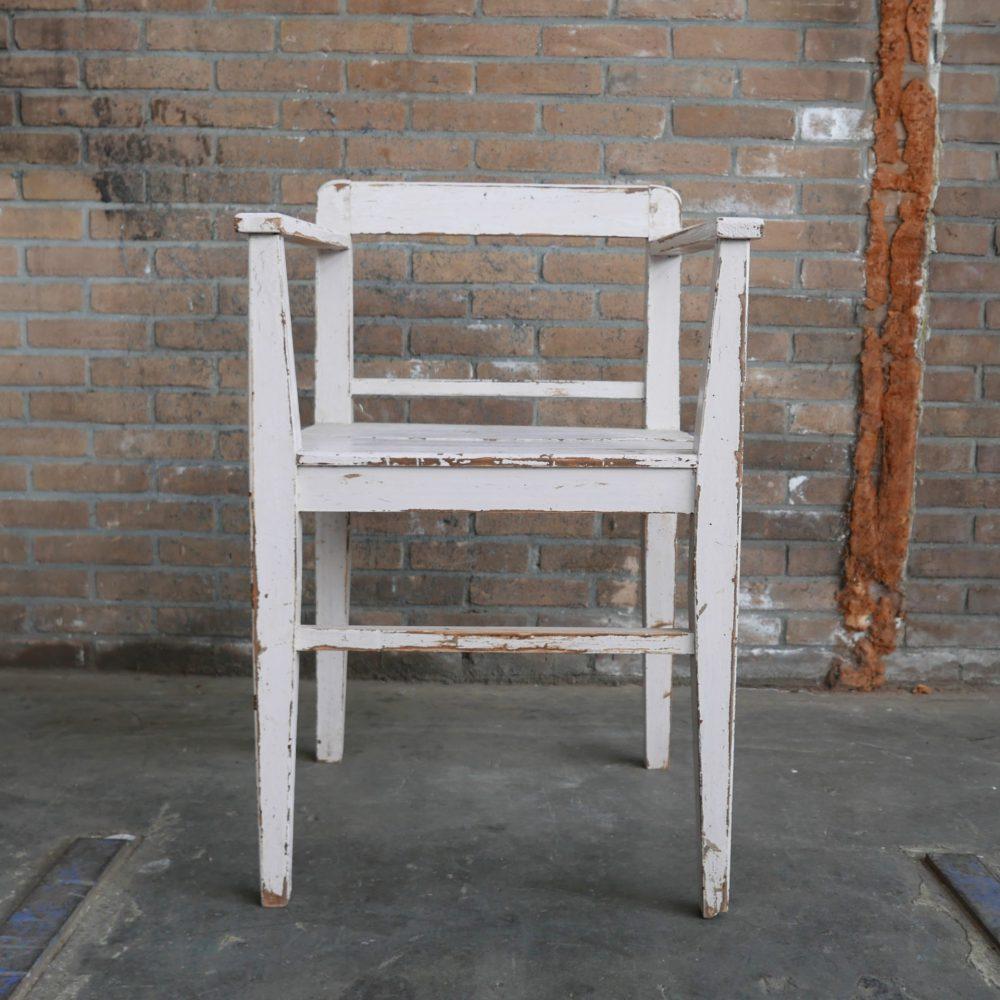 Witte houten stoelen