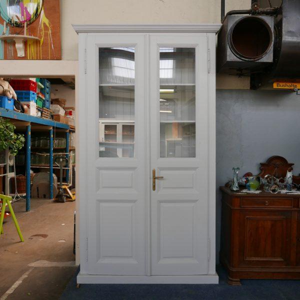 Grijze hoge vitrinekast