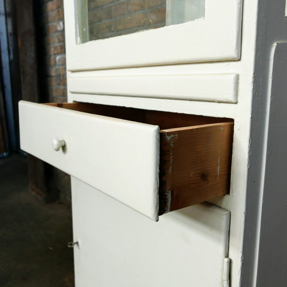 Witte houten dokterskast