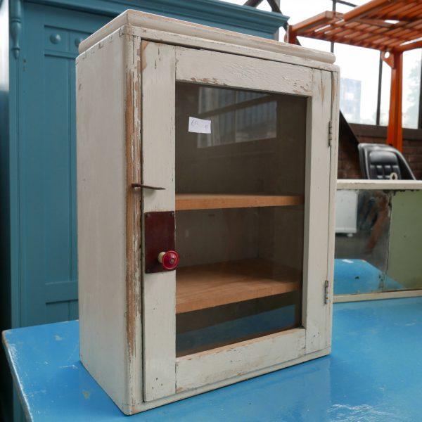 Wit houten hangkastje