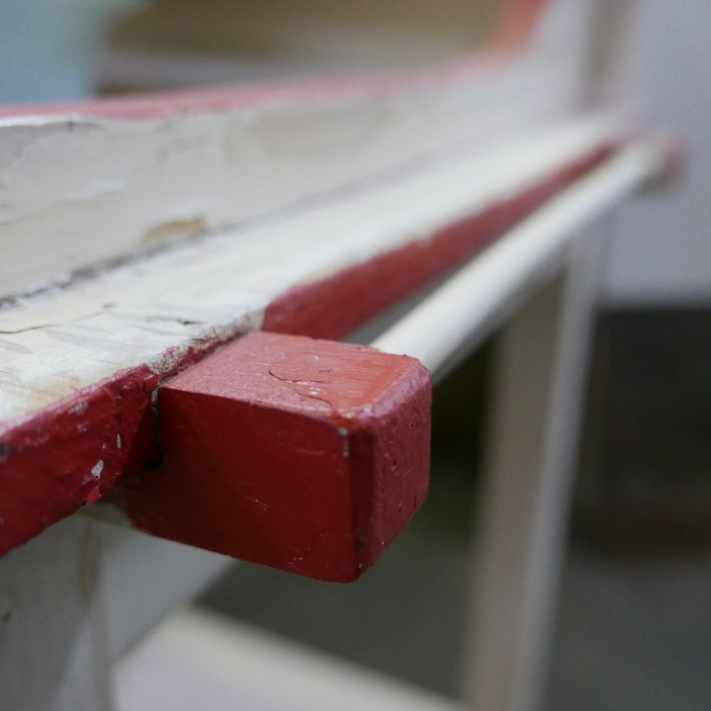 Crème-rode houten wastafel meubel met spiegel