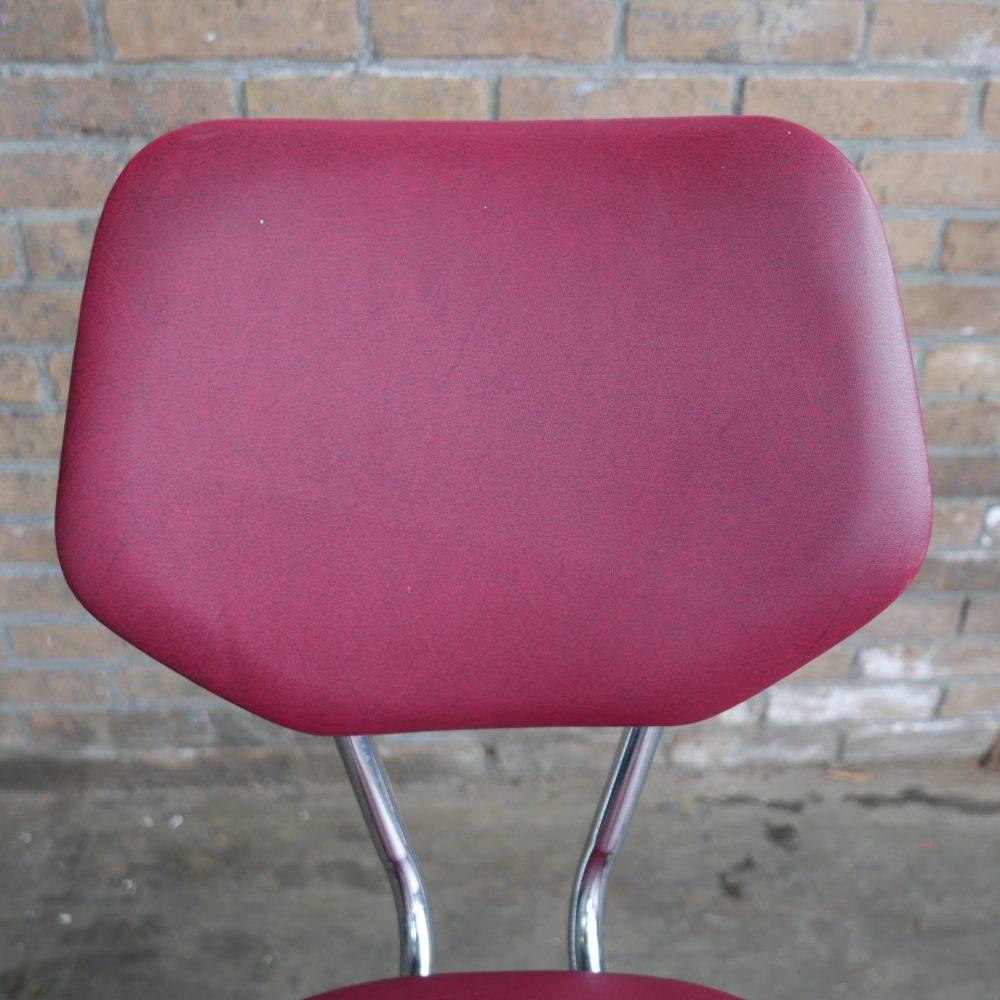 Rode metalen stoelen