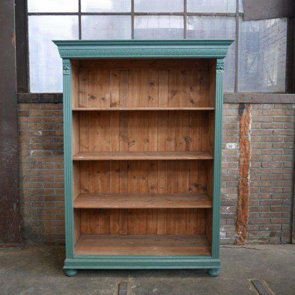 Open groenblauwe houten kast