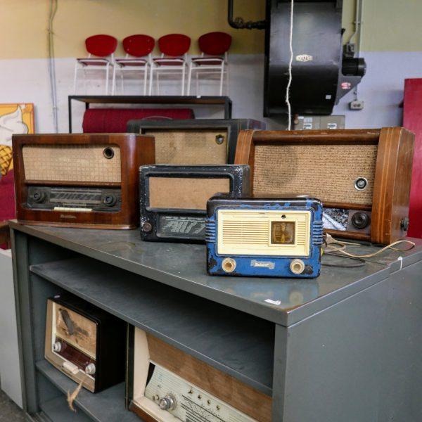 Blauwe metalen radio