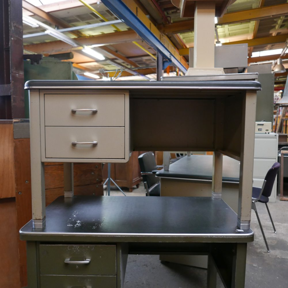 Grijs metalen bureau