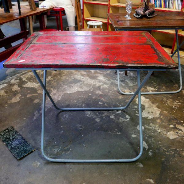 Rode houten tafel