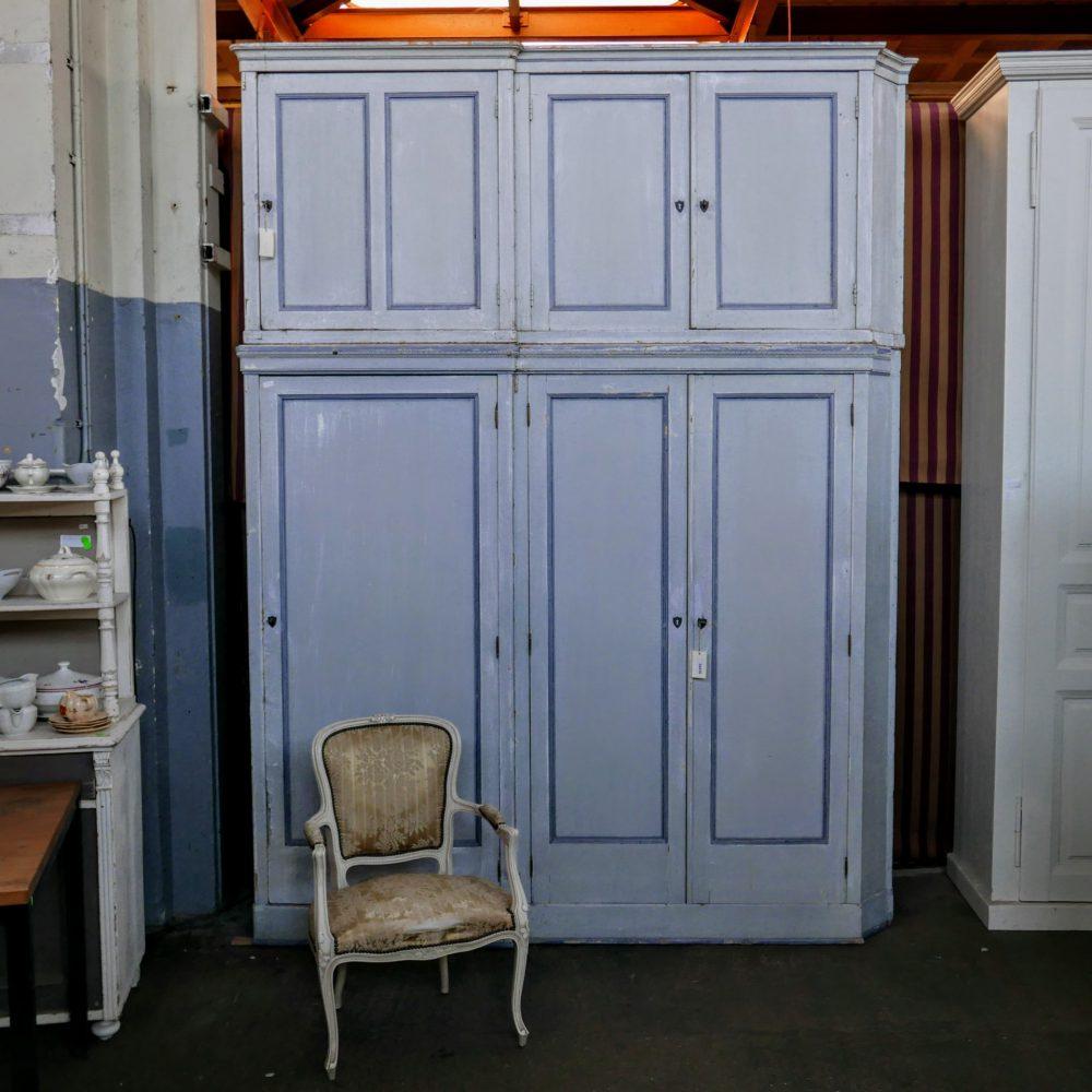 brocante blauwe linnenkast