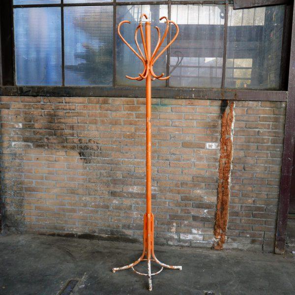 Oranje metalen kapstok