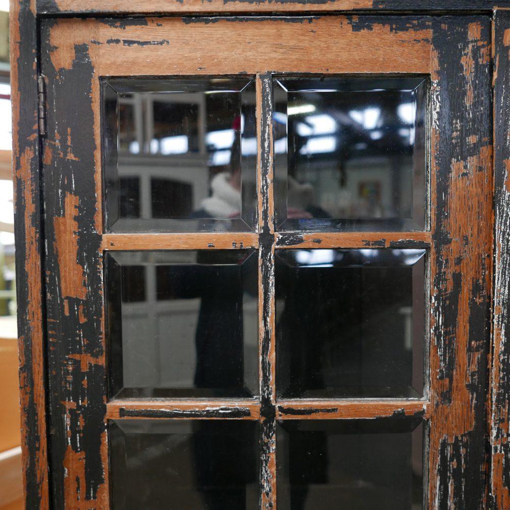 Zwartbruine vitrinekast
