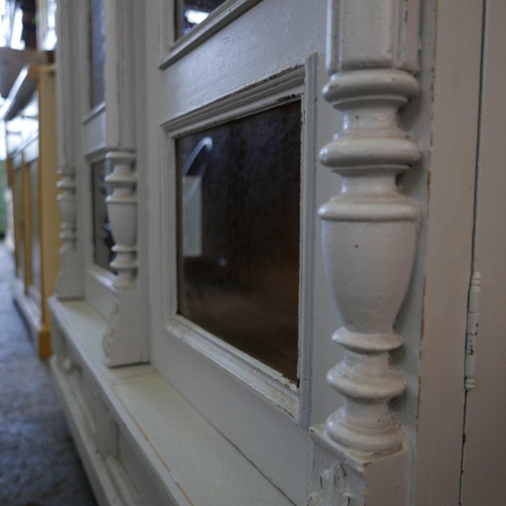 Grijze vitrinekast