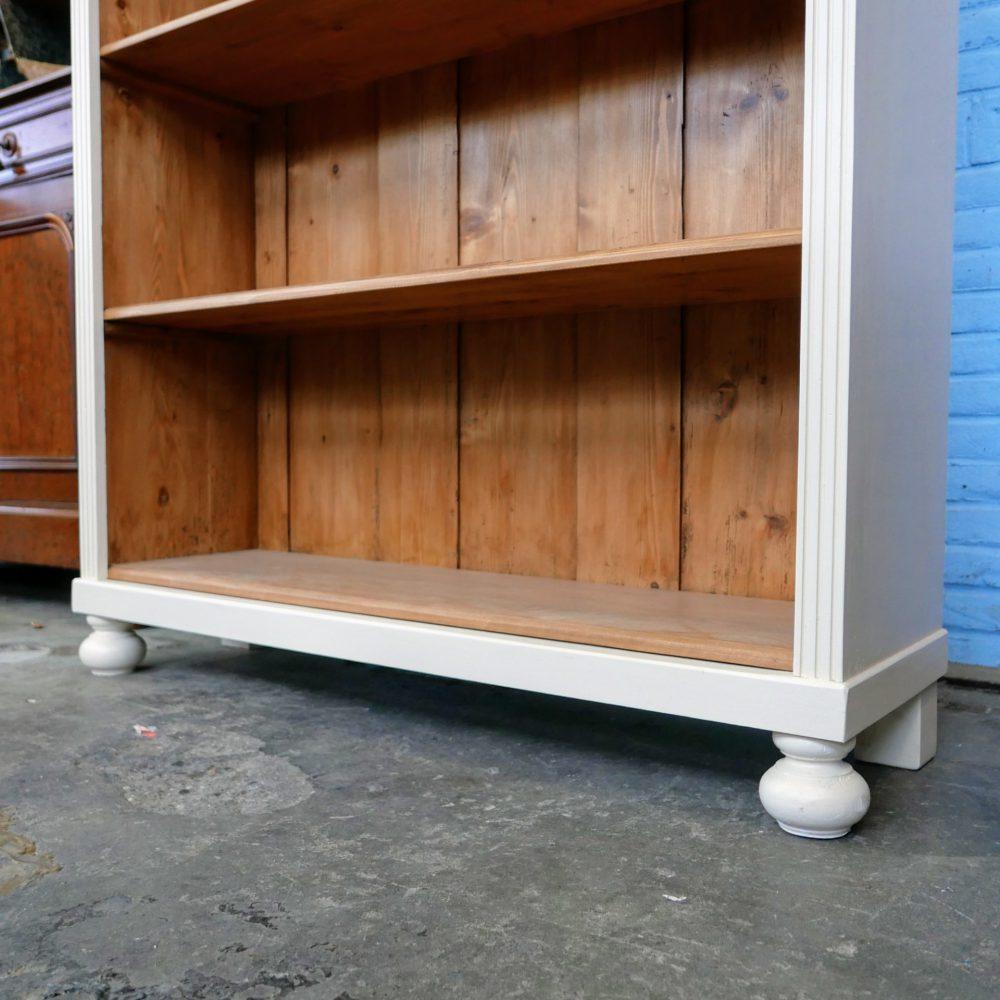 Crème-kleurige open boekenkast