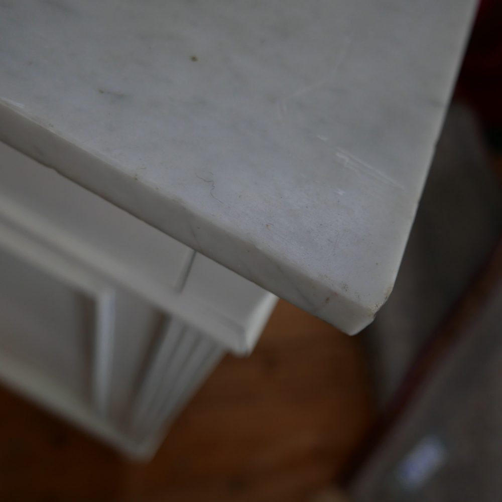 Wit kastje met grijs marmer