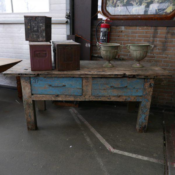 Blauwe werktafel