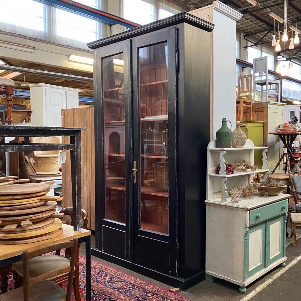 Zwarte houten hoge vitrinekast