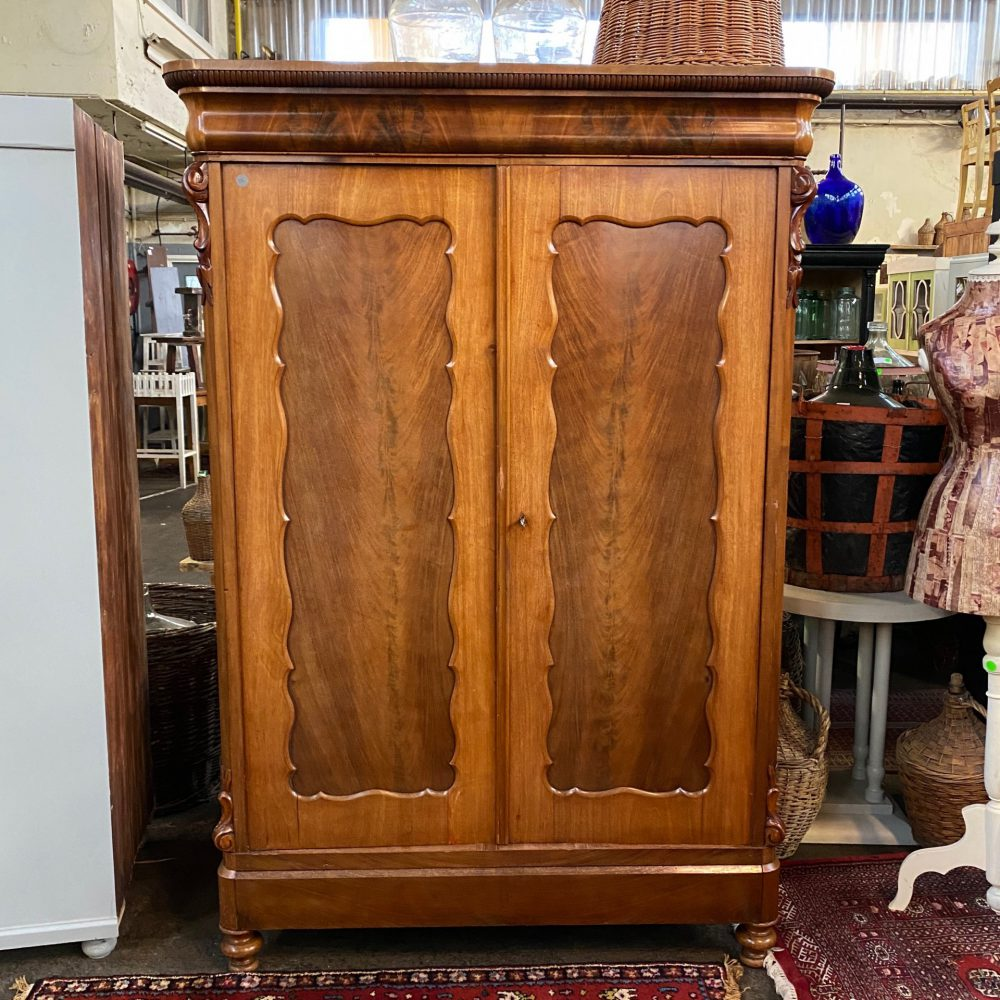 Bruine houten linnenkast