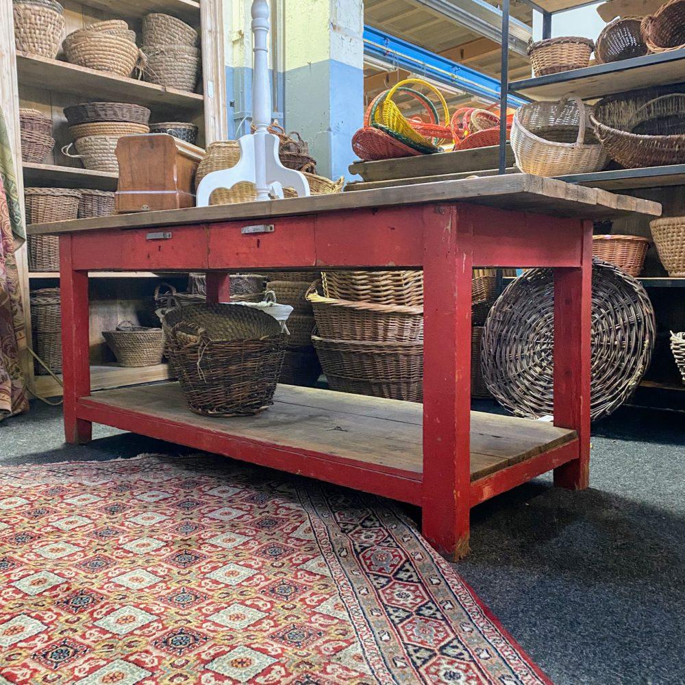 Rode werktafel met onderblad