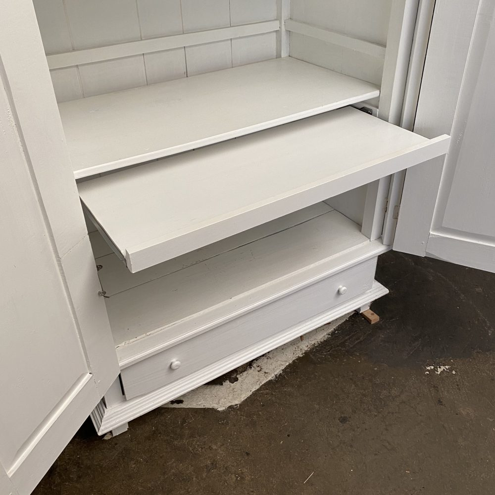 Witte kledingkast met bureau