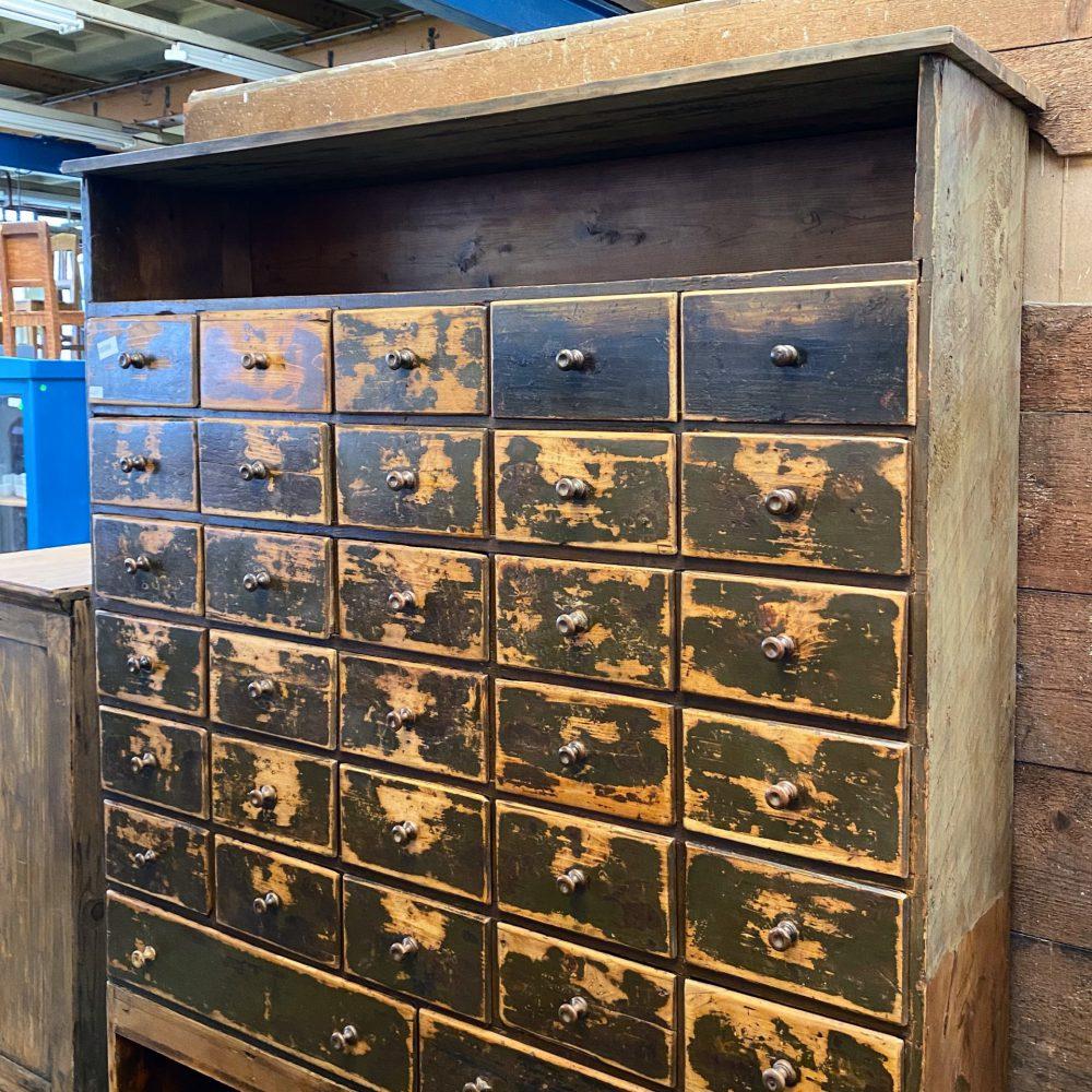 Bruine houten vakkenkast