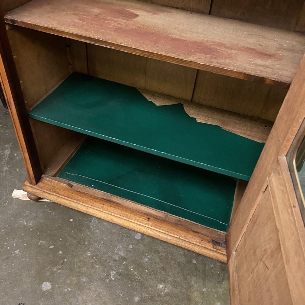 Noten houten vitrinekast
