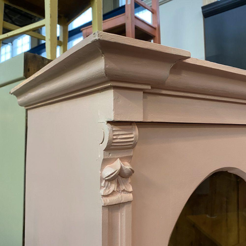 Roze houten vitrinekast