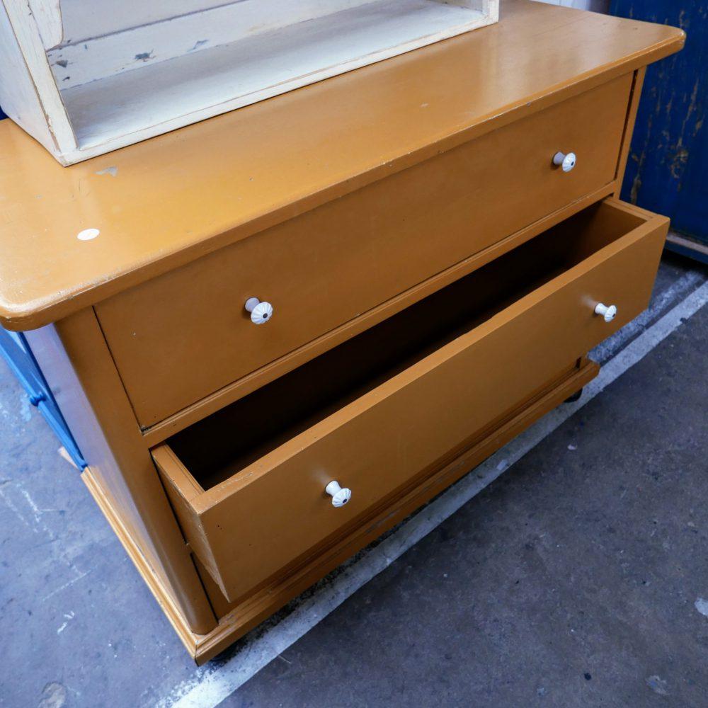 Oranje houten ladekast
