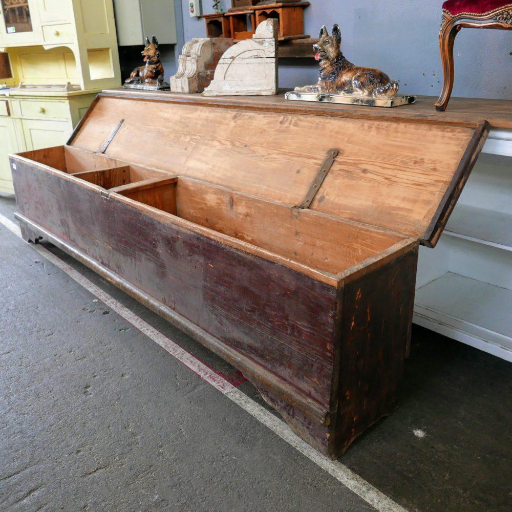 Roodbruine houten kistbank