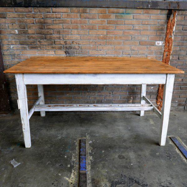 Witte houten eettafel