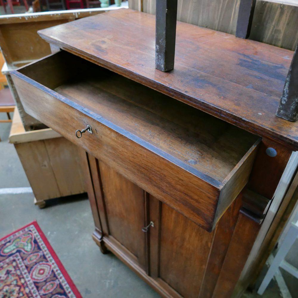 Bruine houten kast