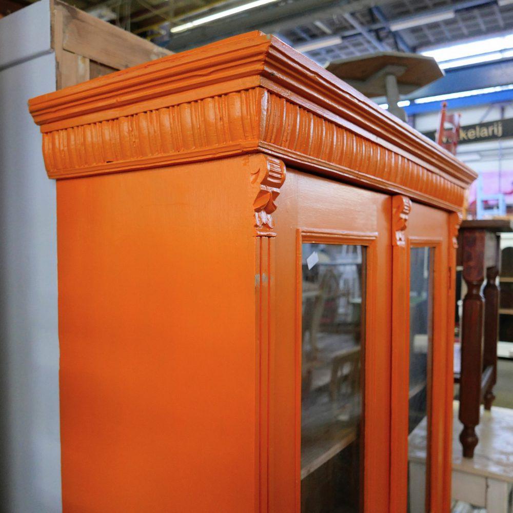 Oranje houten vitrinekast