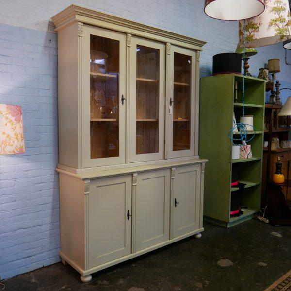 Beige houten winkelkast
