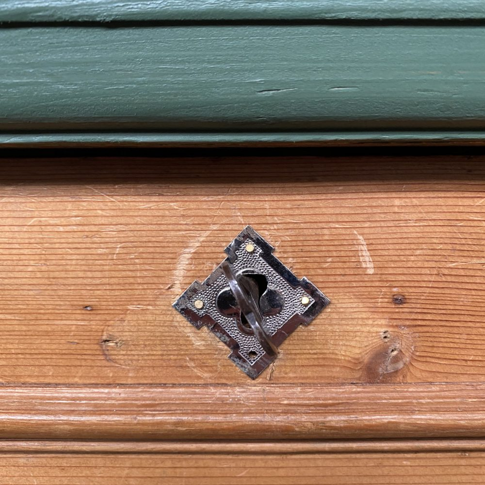 Groenbruine vitrinekast