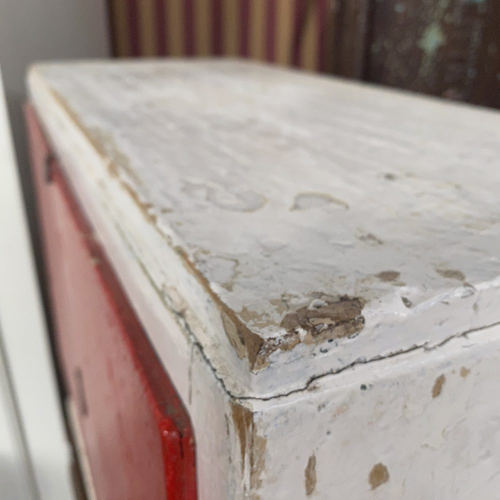 Rood houten kastje