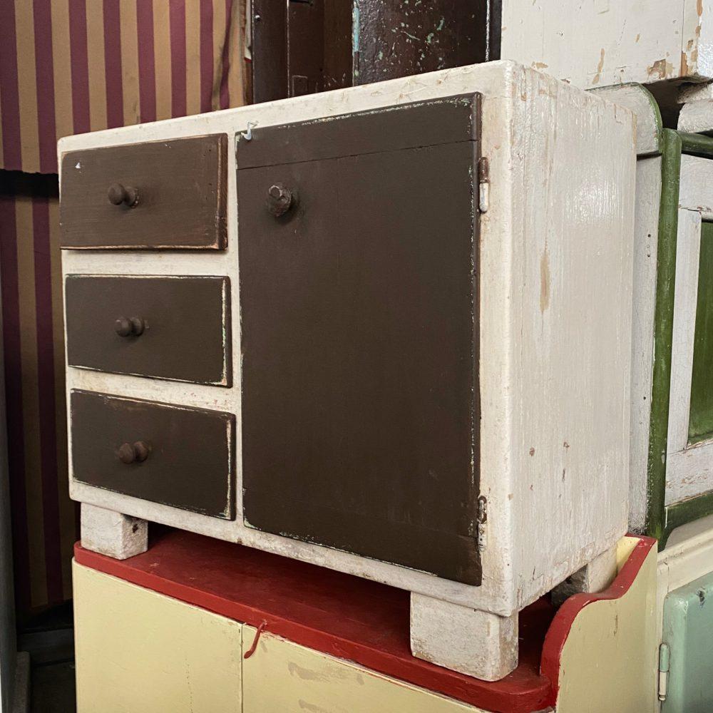 Bruin houten kastje