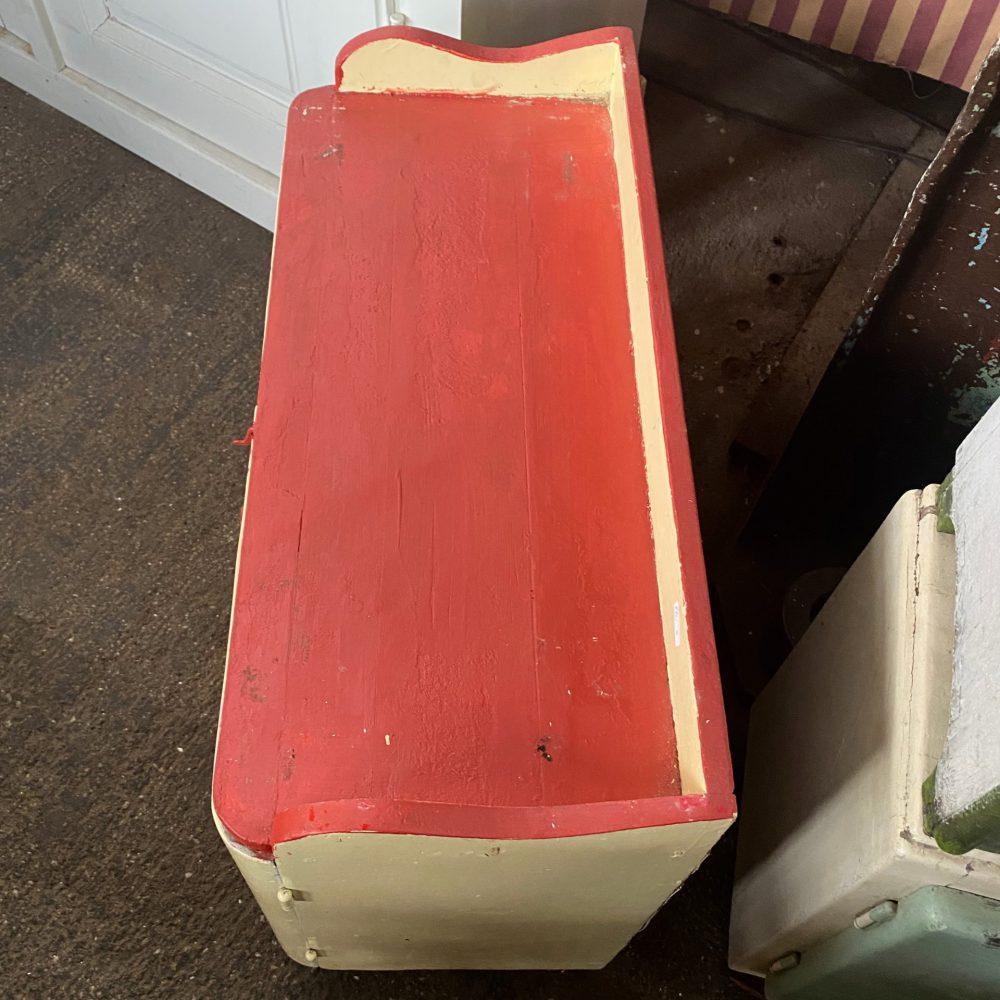 Geel rood houten kastje