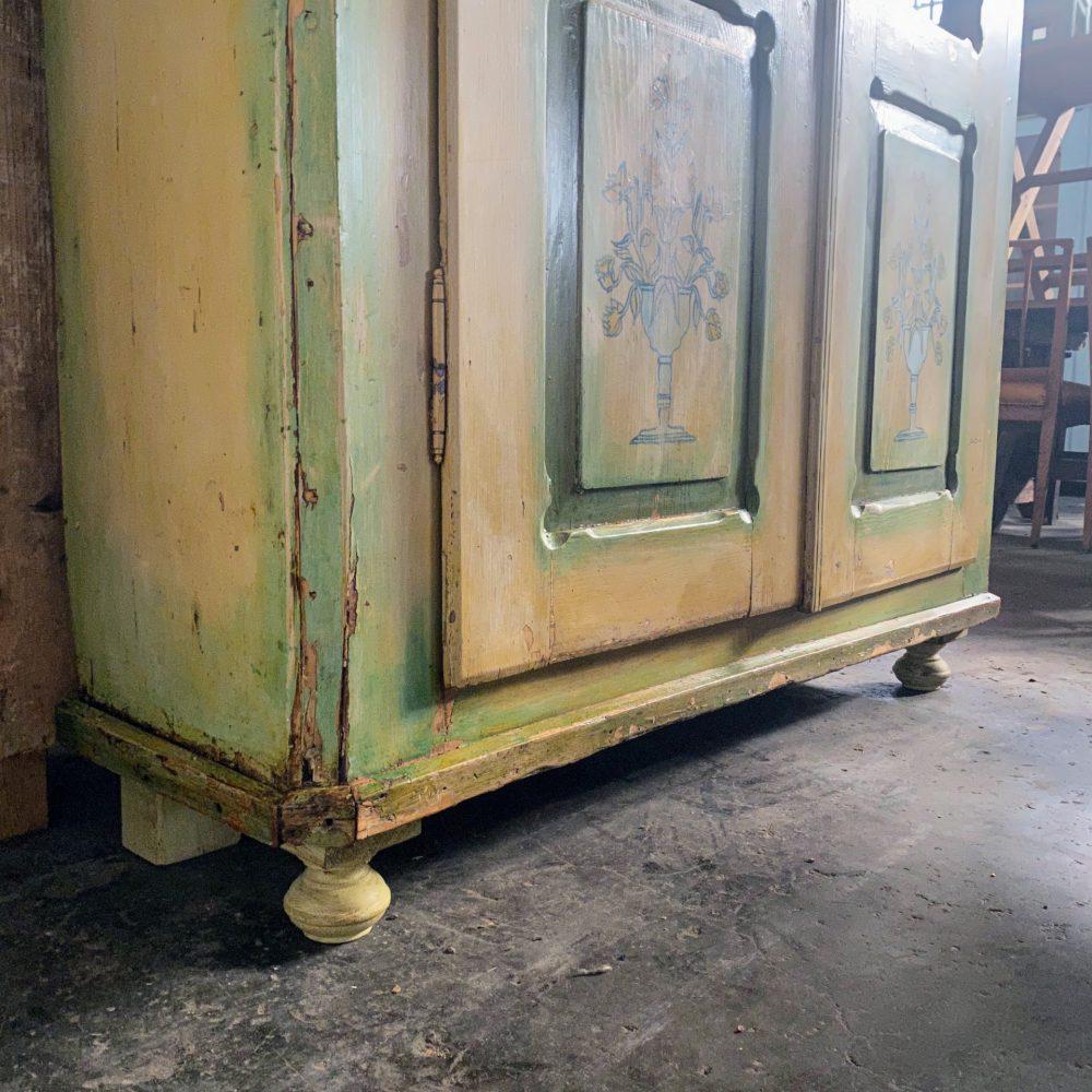 Beschilderde vitrinekast