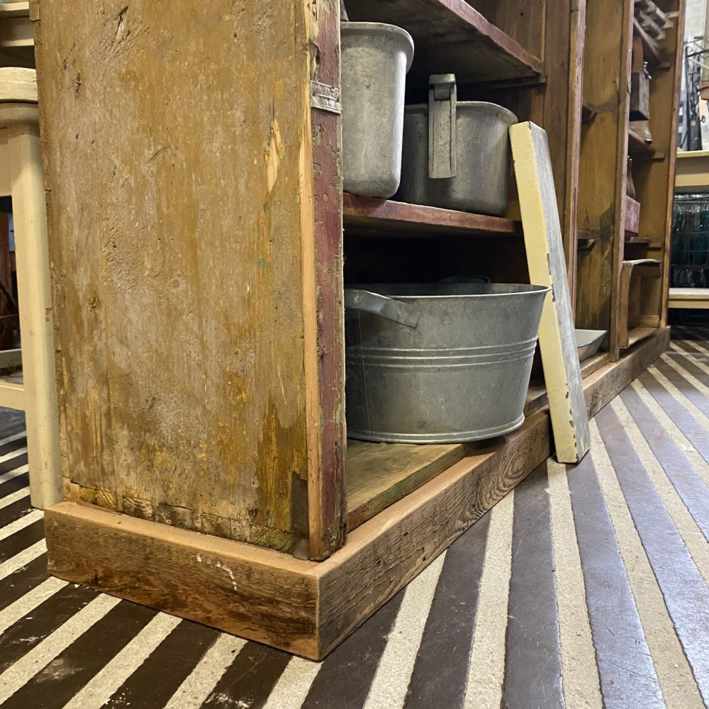 Open houten vakkenkast