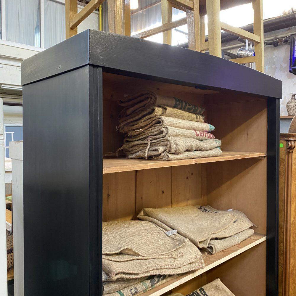 Open zwarte houten kast